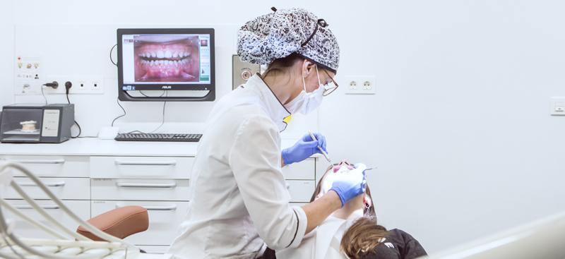 La mujeres presentan problemas de salud oral únicos